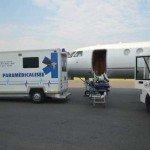 Transfert médicalisé sur le tarmac de l'aéroport