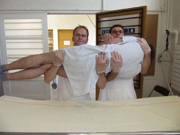 Du lit au brancard : méthode de la cuillère
