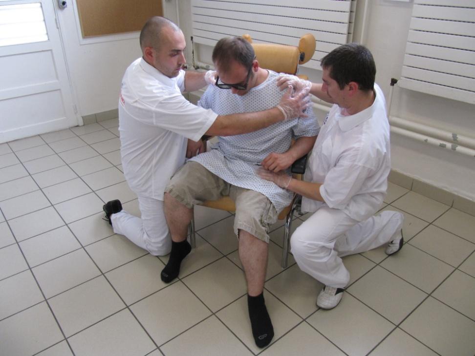 Rehaussement au fauteuil à l'aide du déplacement naturel
