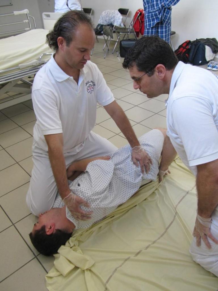 Relevage ambulancier : du sol au lit avec la méthode du hamac