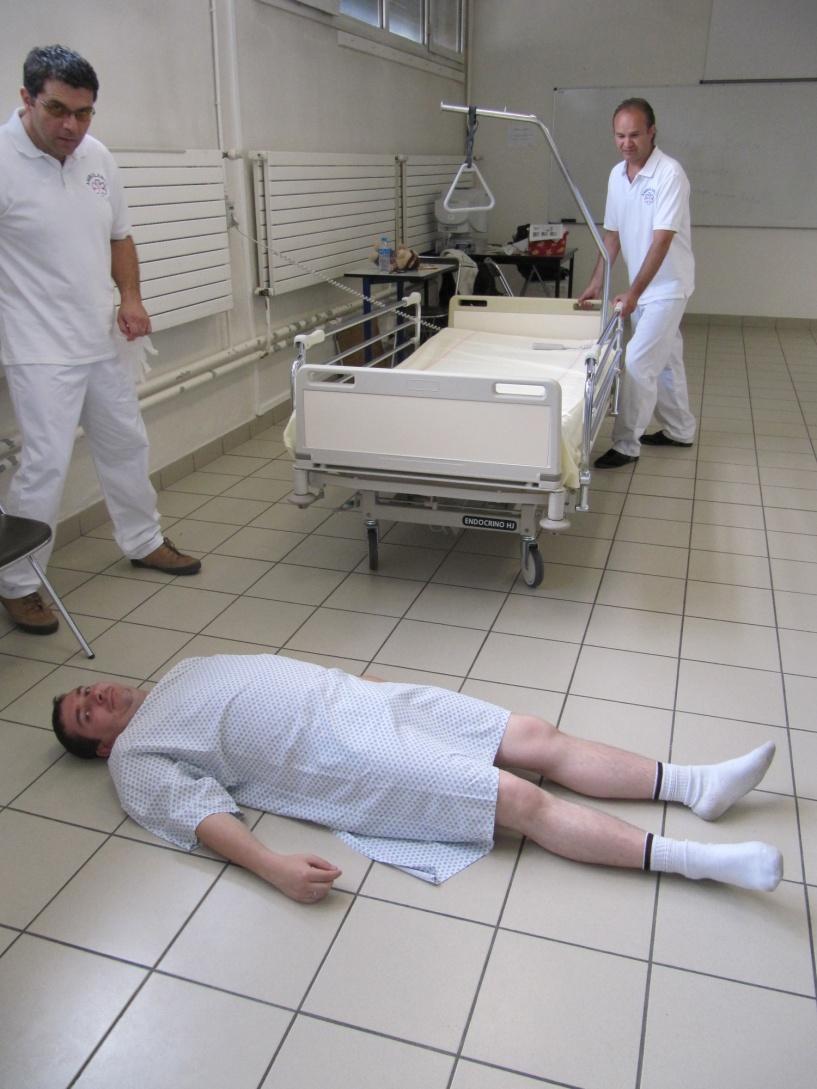 Technique à laide dune cuillère 7 L' Ambulancier : le site de référence Transfert du sol au lit avec le brancard cuillère