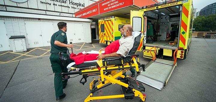 Ambulance, le brancard et le sens inverse